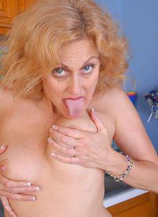 Пожилая раскрепощенная бабенка в сексуальных чулках - фото #
