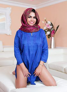 Сексапильная мусульманка с большими упругими сиськами - фото #