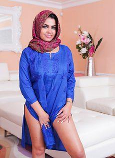 Сексапильная мусульманка с большими упругими сиськами - фото #11