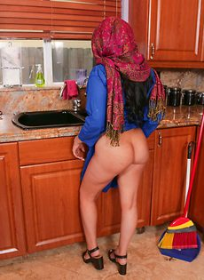 Сексапильной красотке с шикарными сиськами надоело убираться в доме - фото #