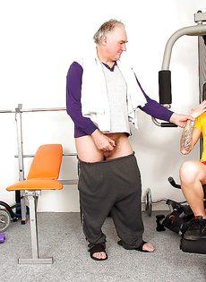 Зрелый мужик дала пососать блондинке свой маленький член - фото #