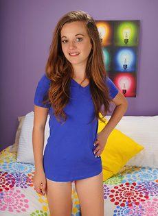 Миниатюрная девчушка сняла трусики и улеглась на кроватке - фото #