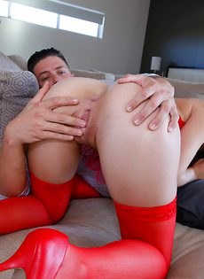 Замечательная деваха в красных чулках делает горячий минет - фото #