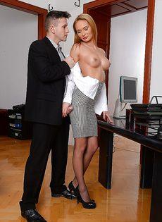 Офисную красотку в чулках трахнули два горячих паренька - фото #