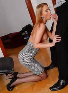 Привлекательная секретарша отсосала пенис рабочим ротиком - фото #