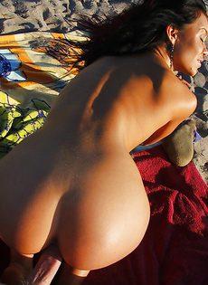 На пляже страстная милашка полирует разгоряченный пенис - фото #