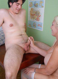 Пожилая медсестра удовлетворила пациента в больничной палате - фото #