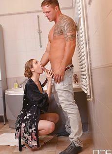 В ванной комнате сделала очень глубокий минет - фото #