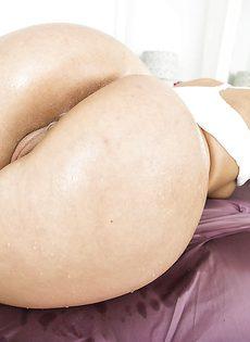 Прелестная красавица дразнить большой красивой задницей - фото #