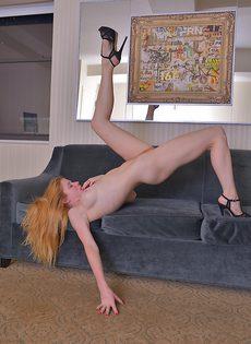 Рыжая девица показывает вагинальную дырку крупным планом - фото #