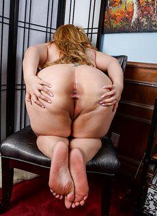 Толстая сучка демонстрирует большую грудью и выбритую письку - фото #