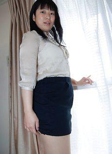 Японская милашка демонстрирует мохнатую щель - фото #