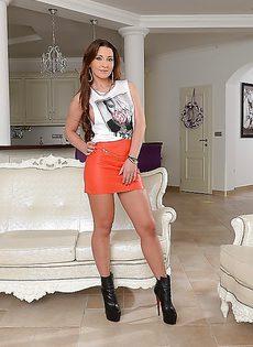 Сексуальная француженка в очень красивых кружевных трусиках - фото #
