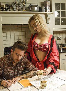 Симпатичная женушка на кухне сношается с любимым мужем - фото #