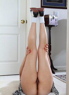 Молодая баба поднимает юбку и показывает мохнатую дырку - фото #