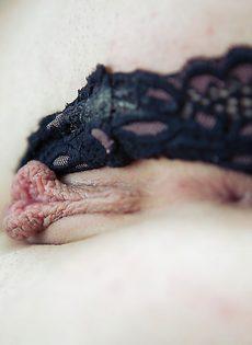 Аппетитная красотка пальчиками раздвигает половые губы - фото #