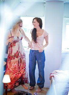 Лесбиянки с волосатыми кисками полизались и быстренько оделись - фото #