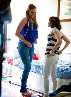 Молоденькие подружки одеваются после секса - фото #
