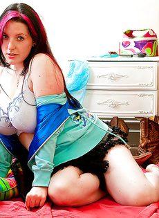 С удовольствием вывалила свою большую натуральную грудь - фото #