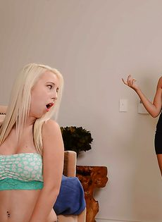 Блондинка и брюнетка полируют большой пенис паренька - фото #