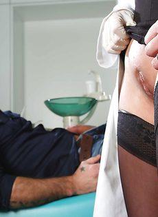 Деловая баба в черных чулках принимает пенис задницей - фото #