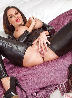 Развратная женщина в черном латексе трет промежность пальцами - фото #