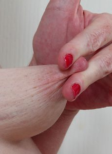 Маленькие обвисшие сиськи зрелой брюнетки - фото #