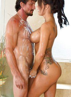 Сексапильная красавица мастурбирует пенис в ванной комнате - фото #