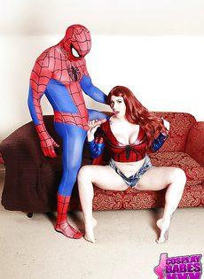Рыжая красавица в костюме Человека-паука глотает сперму - фото #