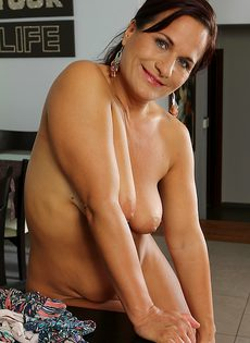 Зрелая бабенка с большой грудью показала свое голое тело - фото #
