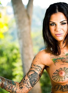 Сногсшибательная татуированная брюнетка с шикарными титьками - фото #