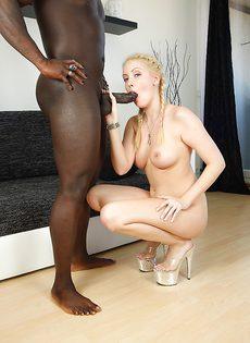 Присела перед темнокожим парнем на коленки блондинистая сучка - фото #
