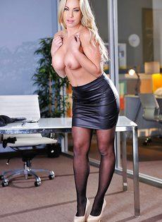 Блондинистая девушка в чулках повернулась шикарной задницей - фото #
