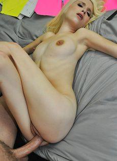 Худенькая девица медленно садится на толстый писюн - фото #