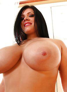 С удовольствием демонстрирует свою потрясающую грудь - фото #