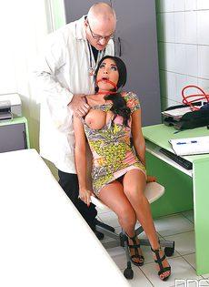Похотливая потаскушка пришла на прием к озабоченному доктору - фото #