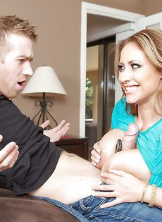 Грудастая женщина говорит по телефону и сосет пенис любовника - фото #
