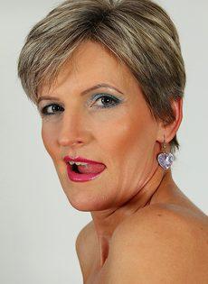 Худенькая дамочка выбрила свою вагинальную дырочку - фото #
