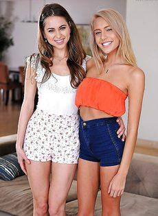 Две миниатюрные девушки разделись и приготовились к сексу - фото #