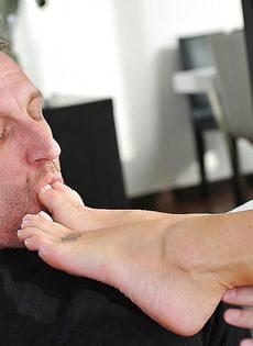 Милашка приласкала большой пенис красивыми ножками - фото #