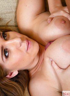 Взял за грудь молоденькую сучку и этим ее возбудил - фото #