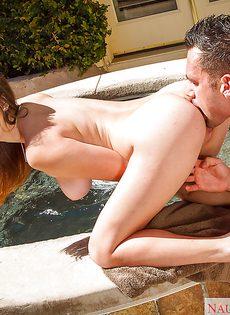 Под брызги теплой спермы девушка подставила свою грудь - фото #