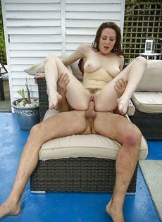 Молоденькая и очень горячая парочка чпокаются на диване - фото #