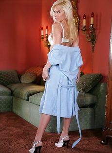 Красивое нижнее белье белого цвета на худенькой красотке - фото #