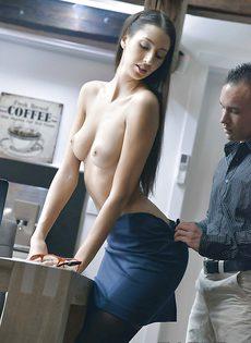 Парень раздел сексуальную девушку и трахнул - фото #
