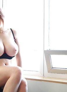 С удовольствием демонстрирует свою большую упругую грудь - фото #