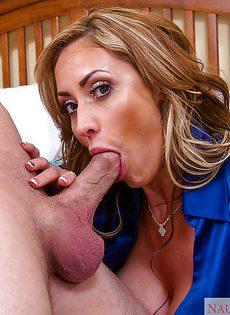 Зрелая женщина нашла себе молоденького любовника - фото #
