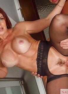 Баба в сексуальных чулках впускает член между ножек - фото #