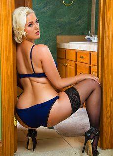 Сексапильная блондинка в чулках ползает по полу - фото #