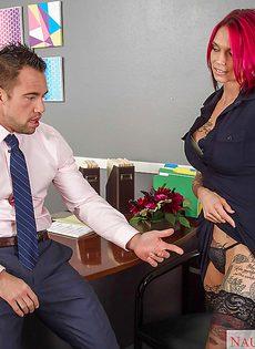 В офисе поимели во влагалище татуированную милашку - фото #
